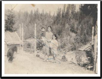 Описание: F:\32моя\от Крюковой\1955, Старейшая Нягань, Джекатовы Мария Васильевна (1908) и Люба, Зина.jpg
