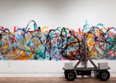 Описание: Senseless – робот, который рисует граффити. Источник фото: designboom.com
