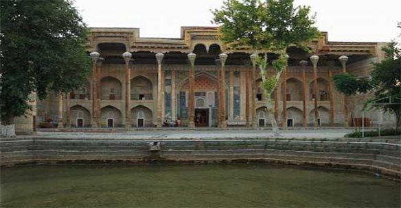 Мечеть Боло-Хаус (обратите внимание на хауз - искусственный пруд)