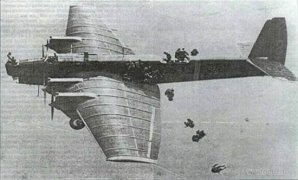 Десантирование с крыла самолёта на манёврах в Киевском военном округе 1935 год