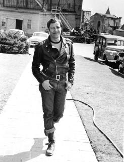 C:\Documents and Settings\Admin\Рабочий стол\Marlon Brando pendant le tournage de «The Wild One», 1953. Photo par Phil Stern..png