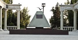 Описание: Памятник первостроителям в Волжском
