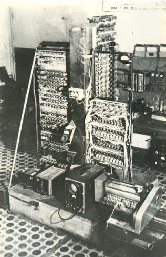 Фото АЦВМ М-1 (март 1951 г.). Вид со стороны магнитного барабана