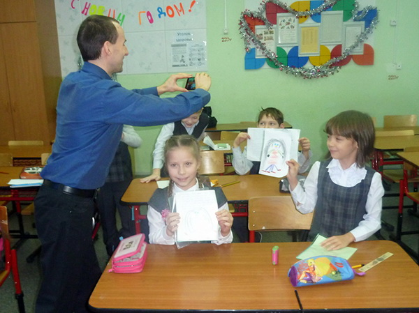 носитель английского языка проводит урок для детей