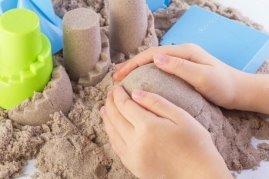 https://st2.depositphotos.com/2050411/10038/i/950/depositphotos_100387266-stock-photo-fun-kinetic-sand-child-building.jpg