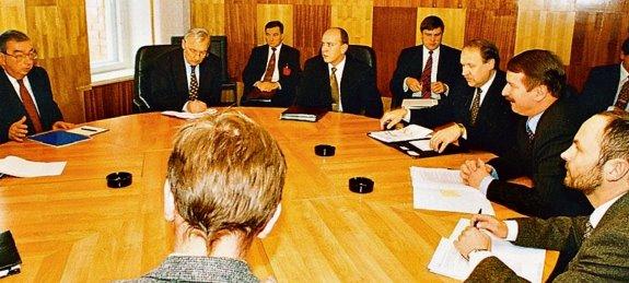 C:\Users\Sergey\Desktop\Эстонцы в Карелии (КРОО общество дружбы с Эстонией Очаг)\Е.М.Примаков, его эст кол С.Каллас, а также посол ЭР в РФ М.Хельме на переговорах в Петроз в ноя 1996. Фото В.Мааска.jpg