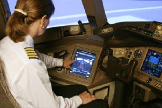 Пилот пользуется электронным портфелем полетной информации
