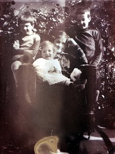 Ежи, Витольд и Хенрик со своей матерью Марией в 1916 году в Москве
