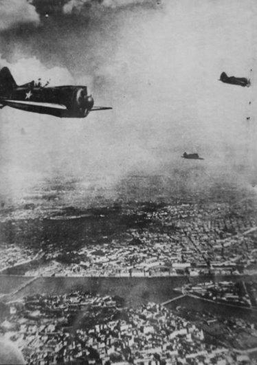 Звено советских истребителей И-16 в полете над Ленинградом