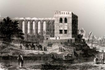 Огромный древний Акведук является историческим памятником и значимой архитектурной достопримечательностью Каира. Первый акведук, в районе современного Каира, был построен в IX веке по приказу Ахмада Ибн Тулуна. Он питал водой город аль-Катай, расположенный между городом Вавилоном и Каиром. Сейчас о существовании города аль-Катая напоминает только сохранившаяся мечеть Ибн Тулун. Второй акведук в Каире был построен в 1311 году султаном аль-Насиром. Он подавал воду из реки Нил в каирскую цитадель. С помощью огромных колёс воду поднимали на высоту, но они до наших дней не сохранились. Постепенно русло Нила смещалось на запад, поэтому длина акведука постепенно увеличивалась и после последней пристройки в 1505 году, его длина составила 3405 м. Акведук служил людям до 1872 года. По нему уже давно не течёт вода, но он как и прежде проходит под Каиром. Его пересекают современные шоссе и железная дорога. Большая (3-х км.) часть акведука сохранилась до нашего времени и на сегодняшний день имеет высоту всего 2 метров от уровня земли. Сохранившуюся часть акведука Ан-Насира можно увидеть напротив центральной части острова Рода. Долгое время власти Египта акведуку не уделяли должного внимания и только в 2007 году его очистили от гор мусора и немного подреставрировали. В будующем планируется придать акведуку первоначальный вид, отремонтировав его механические части. Возможно в скором будущем древний акведук Ан-Насира станет большой достопримечательностью Египта.