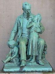 https://upload.wikimedia.org/wikipedia/commons/thumb/f/fa/Denkmal_des_Hofrats_Friedrich_von_Hessing.JPG/220px-Denkmal_des_Hofrats_Friedrich_von_Hessing.JPG