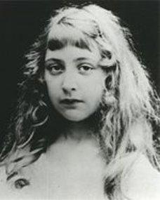 https://upload.wikimedia.org/wikipedia/commons/thumb/0/0e/Agatha_Christie_as_a_child_No_1.jpg/150px-Agatha_Christie_as_a_child_No_1.jpg